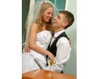 молодую девушку в свадебном платье трахают жених и свидетель